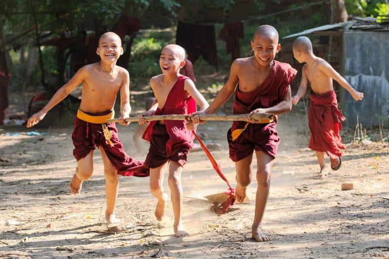 monjes jugando en myanmar