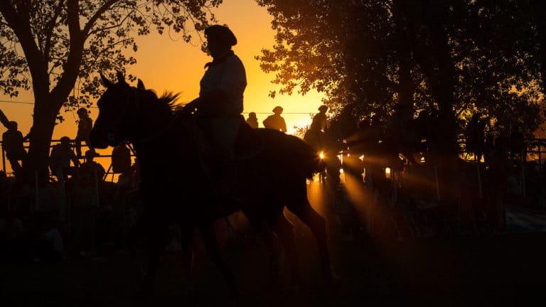 Gauchos al tramonto nelle pampas argentine